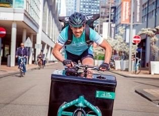Steeds meer e-werkbroeken pakketten worden afgehaald en bezorgd per fiets door Fietskoeriers.nl