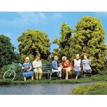 6 sitzende Passanten