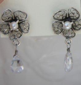 Yvone Christa Orecchini fiori e perli bianchi
