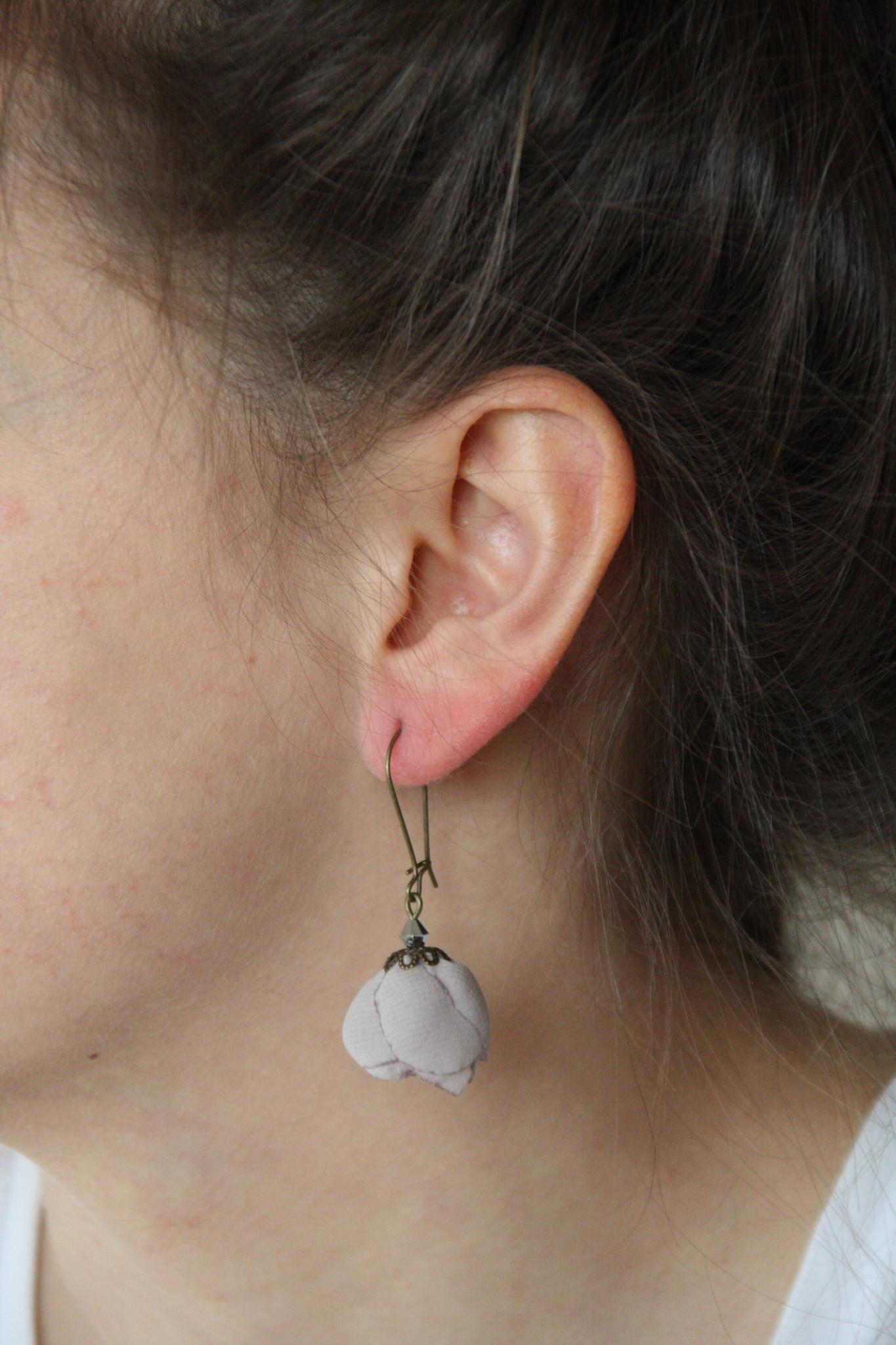 Ana Popova Grijze oorbellen Frida