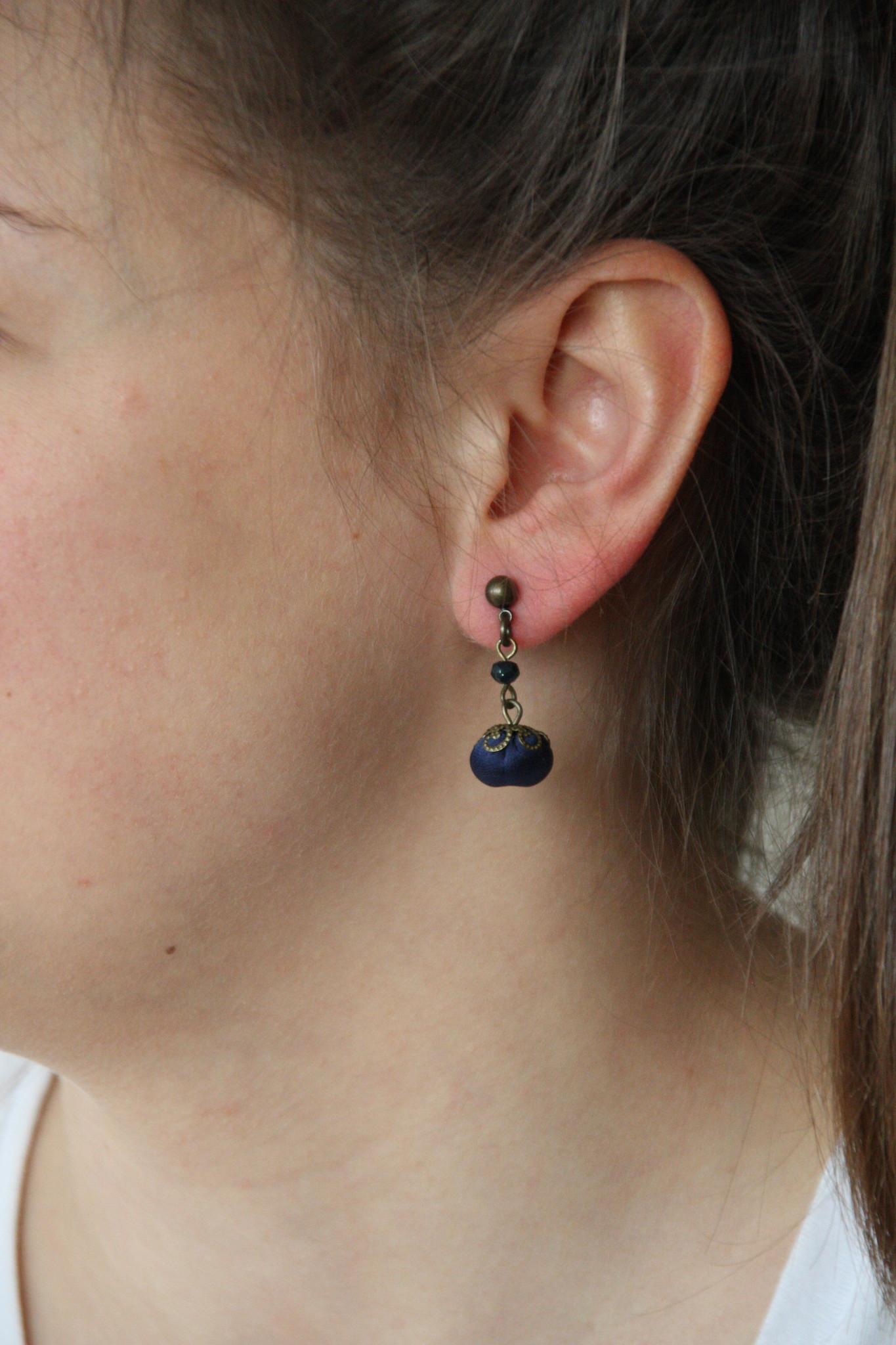 Ana Popova Donkerblauwe oorbellen April