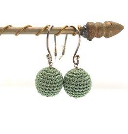 La Petite Rooze Zilveren oorbellen met gehaakt bolletje