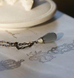 Carré Jewellery Zilveren ketting met hanger van grijze maansteen.