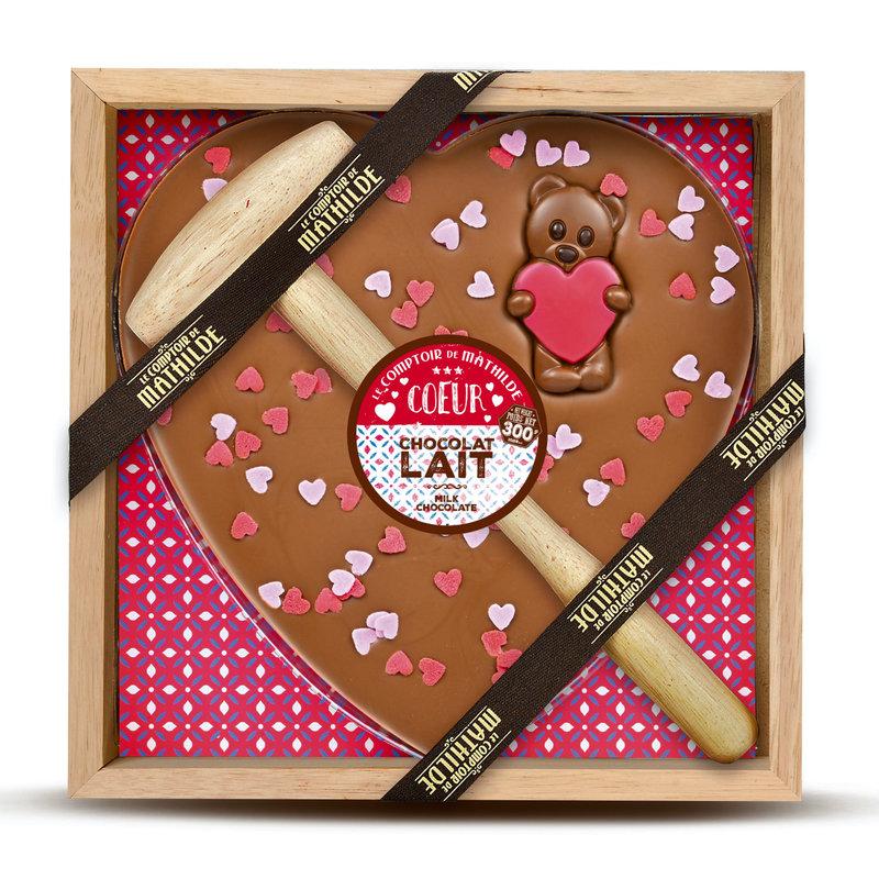 Kistje melkchocolade met hamer met hartjes