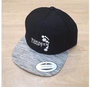 IEDEREEN LOOPT Snapback - Zwart met grijs gestreepte visor