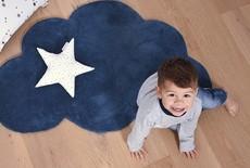 Een vloerkleed in de kinderkamer leggen