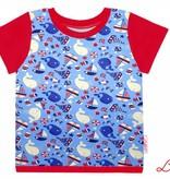T-Shirt kurzarm, Wale und Schiffe auf hellblau, Ärmeln rot