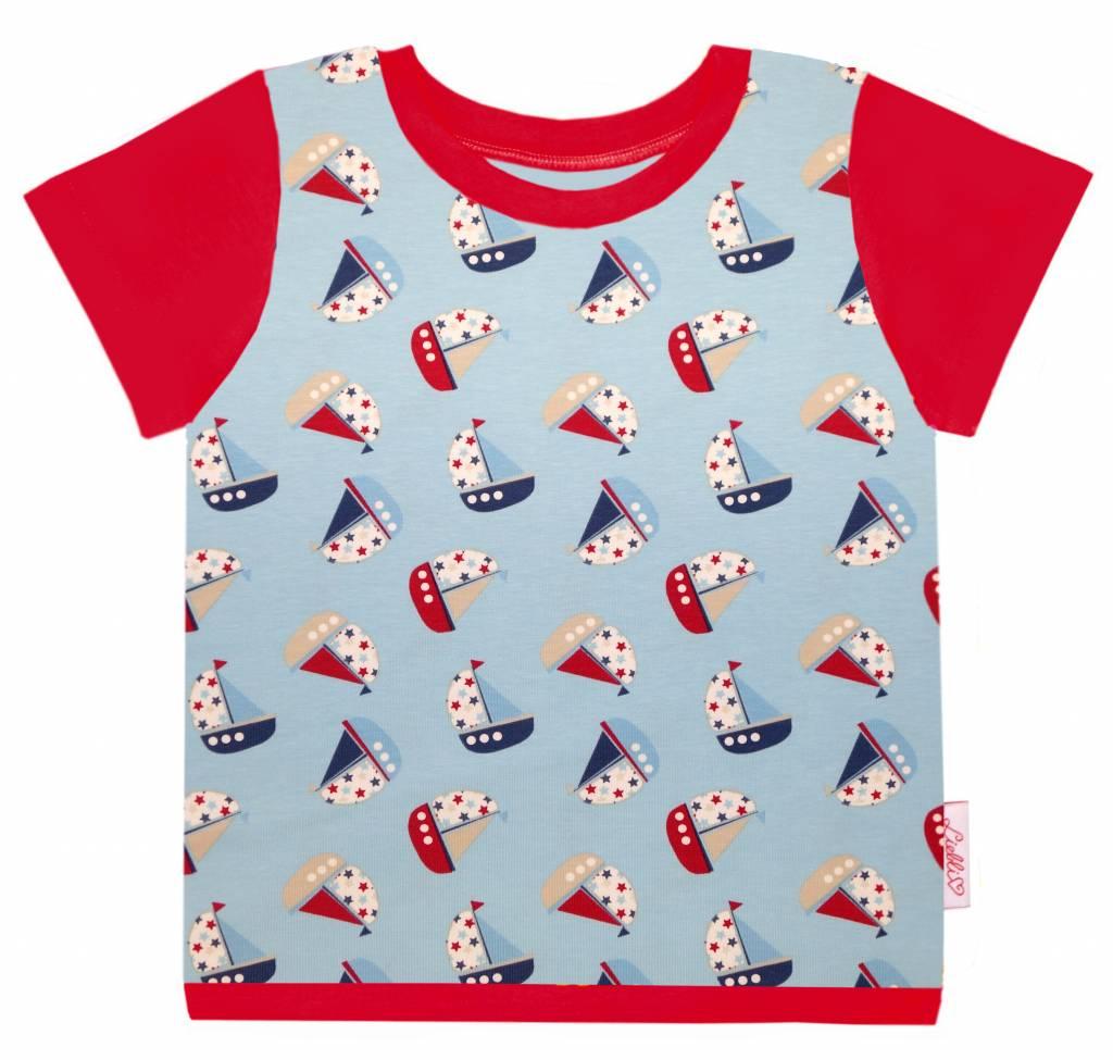 T-Shirt kurzarm, Schiffe mit Sternen auf hellblau, Ärmeln rot