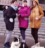Premium 4 in 1 (!) Tragemantel von Liliputi in schwarz, für Schwangerenbauch, vorne/hinten tragen, und auch  danach. Die bunte Taschenöffnungen sind zuklappbar.