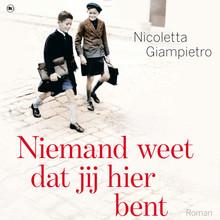 Nicoletta Giampietro Niemand weet dat jij hier bent - Siena, 1942. Een onwaarschijnlijke vriendschap brengt twee families in gevaar.