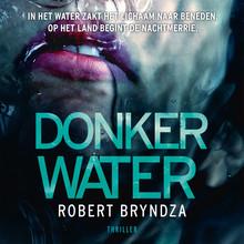 Robert Bryndza Donker water - In het water zakt het lichaam naar beneden. Op het land begint de nachtmerrie.