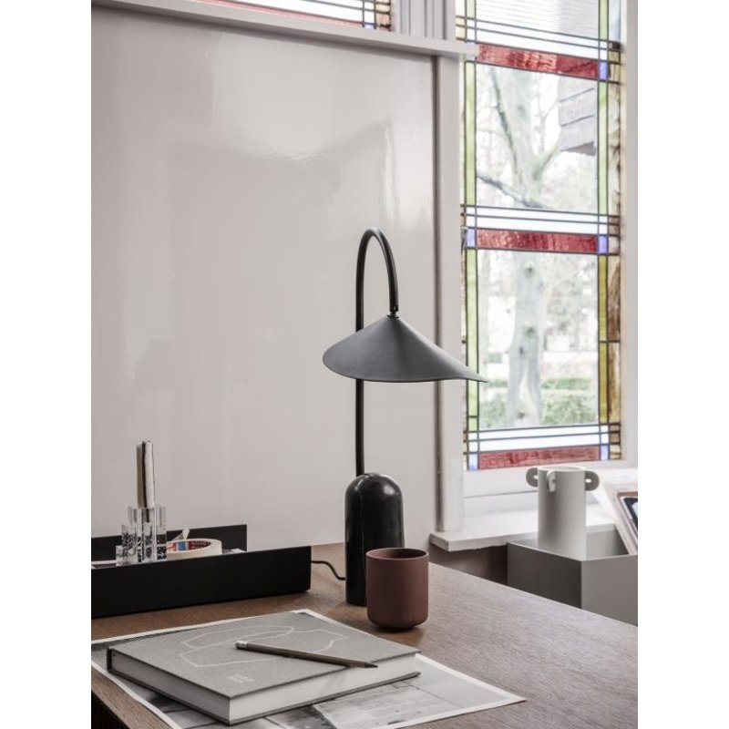 ferm LIVING-collectie Arum tafellamp zwart