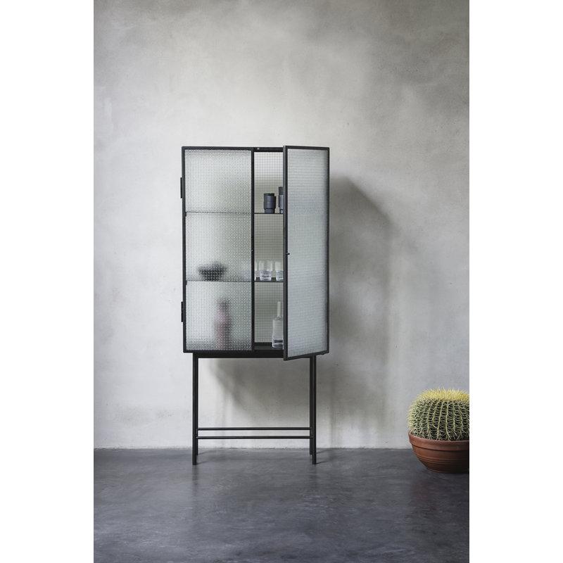 ferm LIVING-collectie Vitrinekast Haze zwart geblokt glas