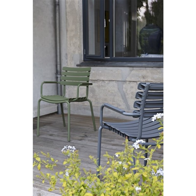 Houe-collectie ReCLIPS Dining Chair with olive green lamellas and armrests