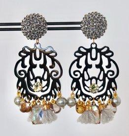 Unieke feestelijke oorbel met zilveren clip, zwart hoorn en bedels met parels 8cm