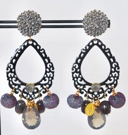 Unieke feestelijke oorbel met zilveren clip, zwart hoorn en paarse bedels 8cm