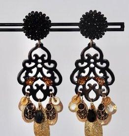 Unieke feestelijke oorbel met zwarte clip, zwart hoorn en gouden bedels 8cm