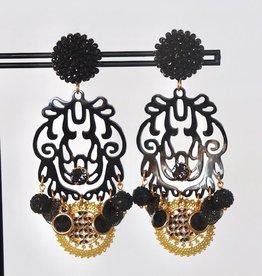 Unieke feestelijke oorbel met zwarte clip, zwart hoorn en gouden en zwarte bedels 8cm