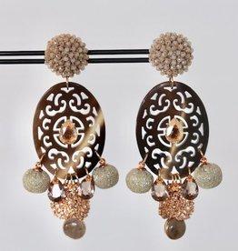 Unieke feestelijke oorbel met beige clip, bruin hoorn en gouden en bruine bedels 8cm