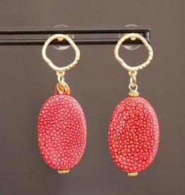 Gouden open steker met koraal rood roggenleer 4cm