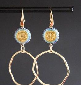 Gouden haakje met blauwe chinese kraal en grillige ring 7cm