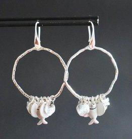Zilveren haakje met grillige ring en zilver/witte bedels 5cm