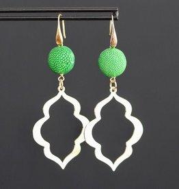 Vergulde oorhaak met groen roggenleer en fantasie hanger 6cm