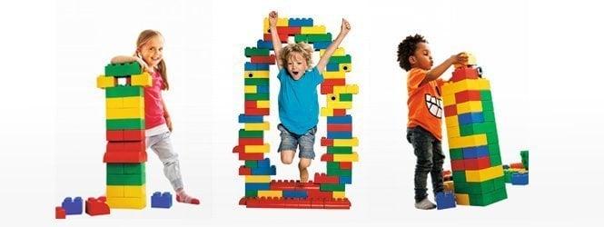 les enfants jouent avec les briques geantes
