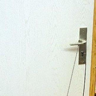 Attrezzo per aprire i chiavistelli delle porte