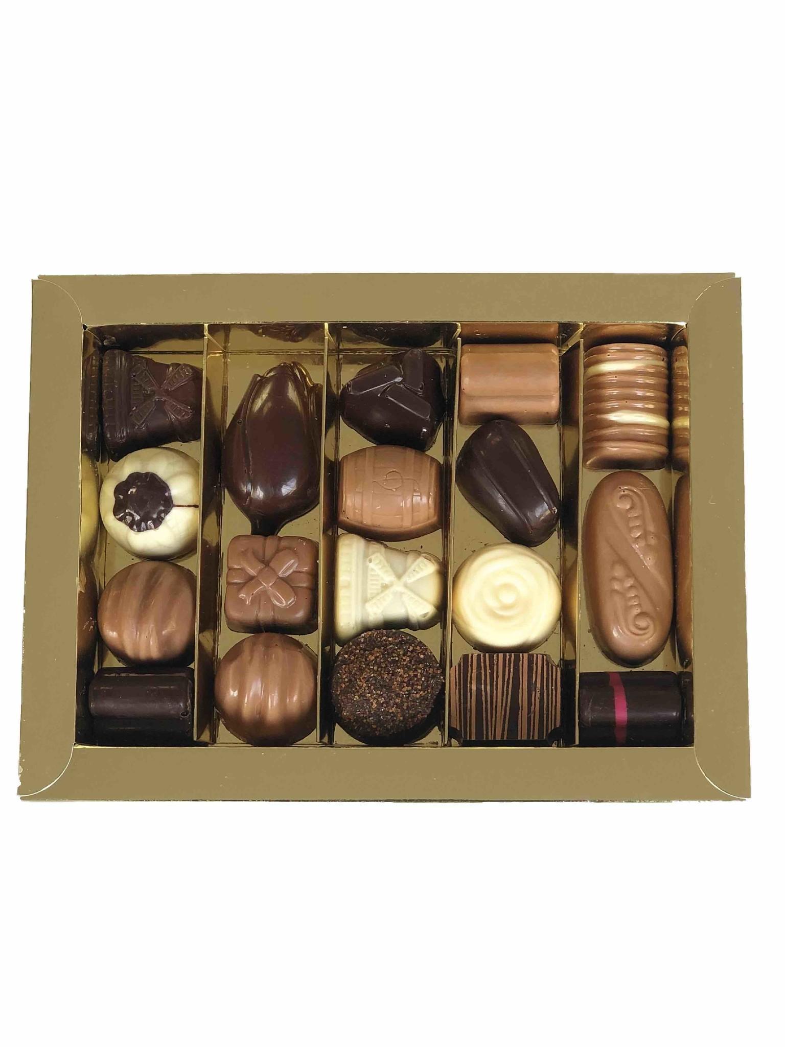 Middelgrote doos met diverse ambachtelijke bonbons