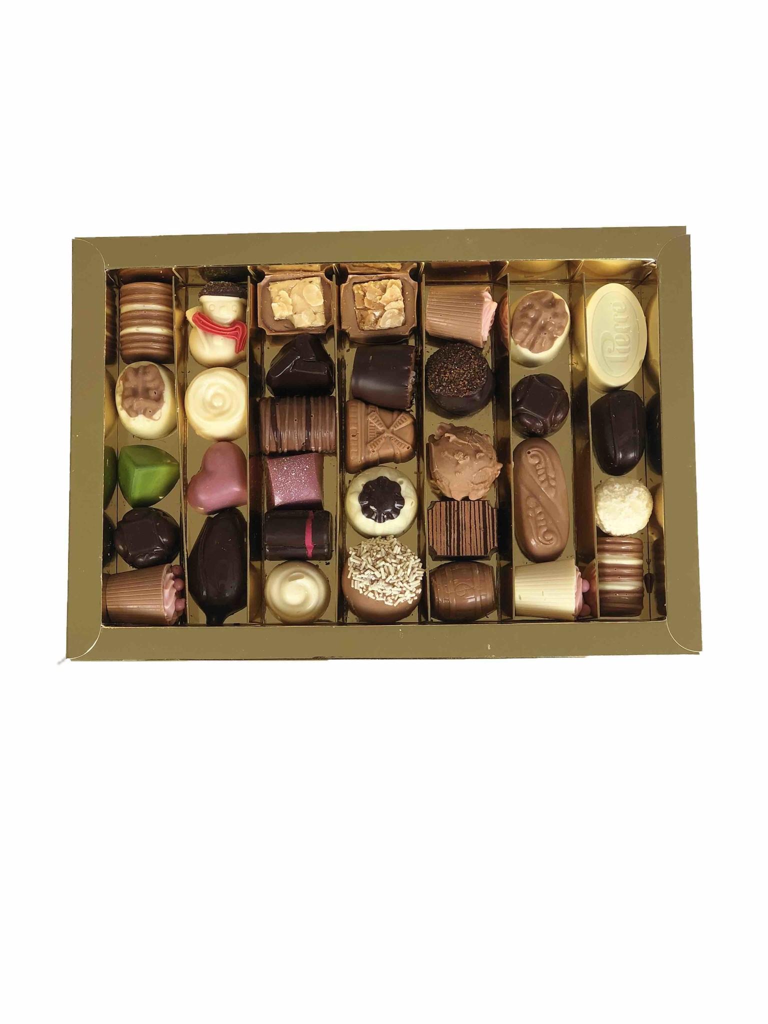 Grote doos met diverse ambachtelijke bonbons