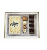 Luxe Happy New Year-box met bonbons, chocolade tablet en napolitains