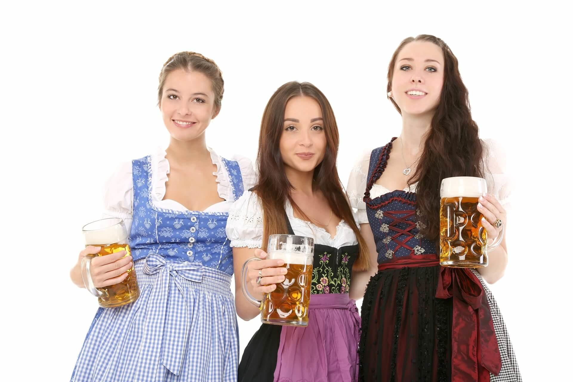 Die Bier trinkende Frau unter der Lupe