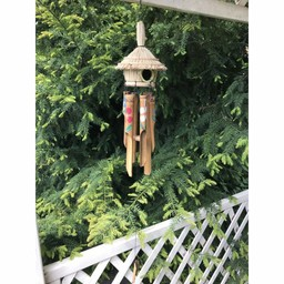 Windgong met rond rieten vogelhuisje