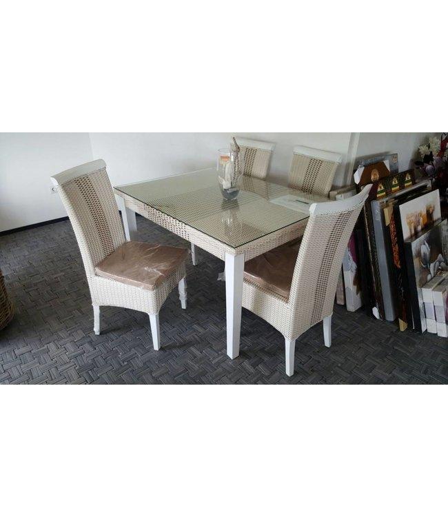Tisch mit vier Stühlen