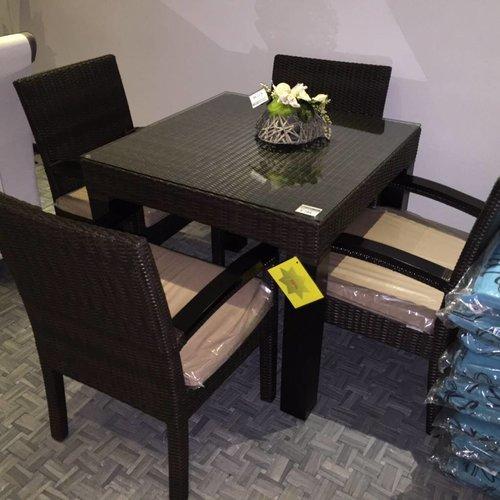 Tafelmet vier Stühlen