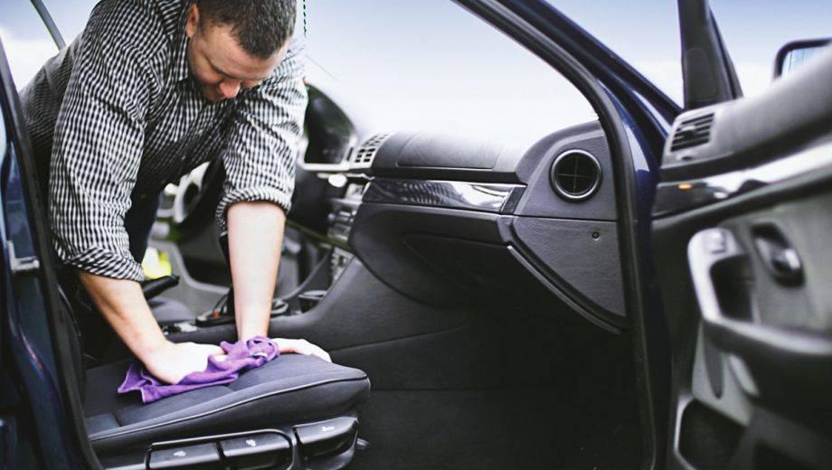 Zo gevaarlijk zijn de bacteriën in een vuile auto!