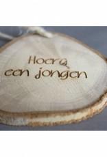 "Houten cadeau-label - ""Hoera een jongen"""