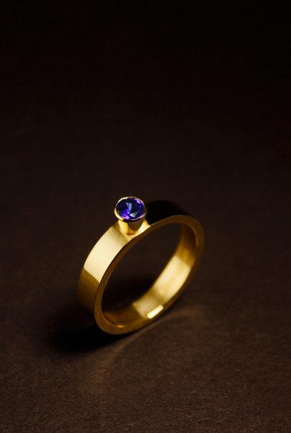Ring WARE LIEFDE, goud met  saffier