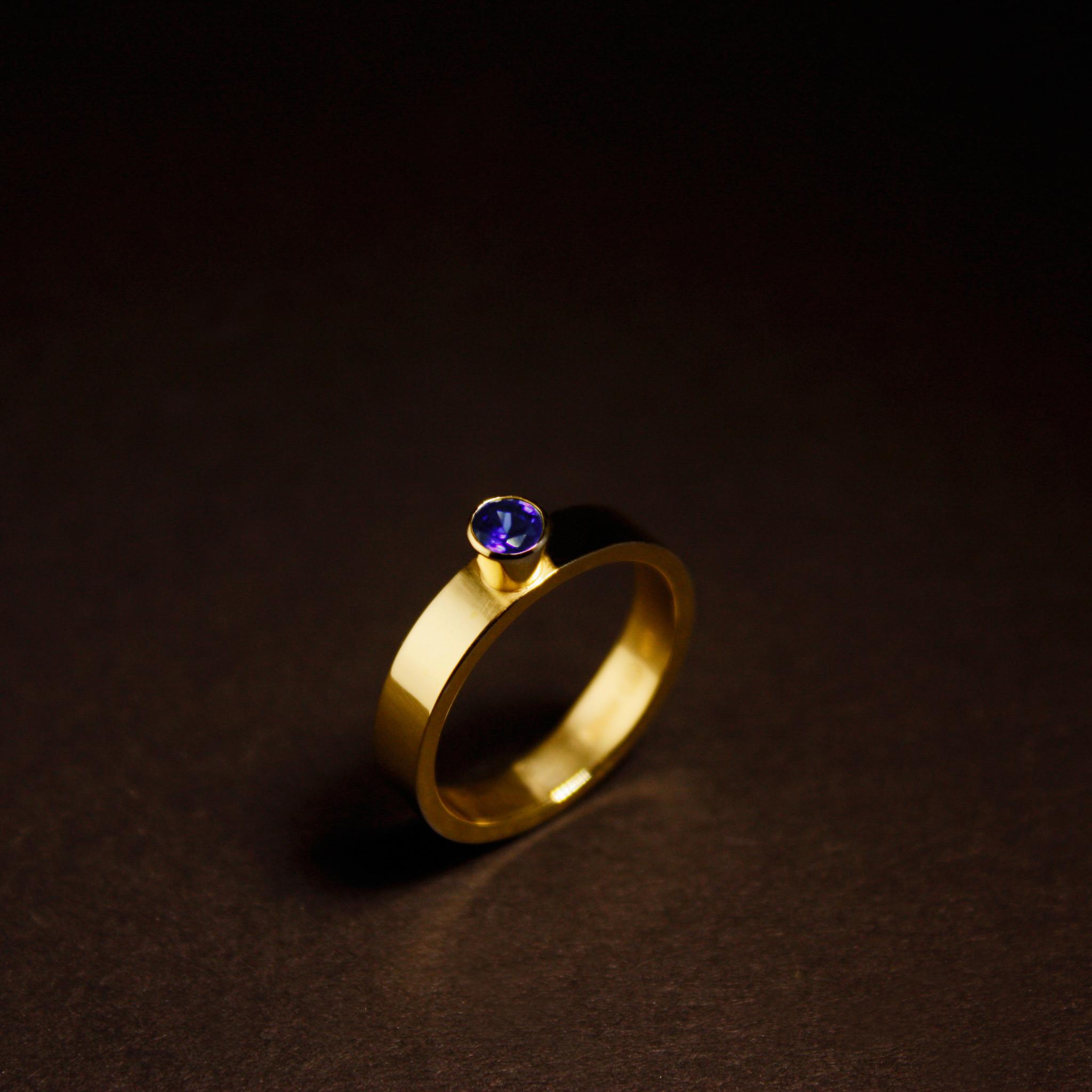 Ring WARE LIEFDE, goud met  saffier-1