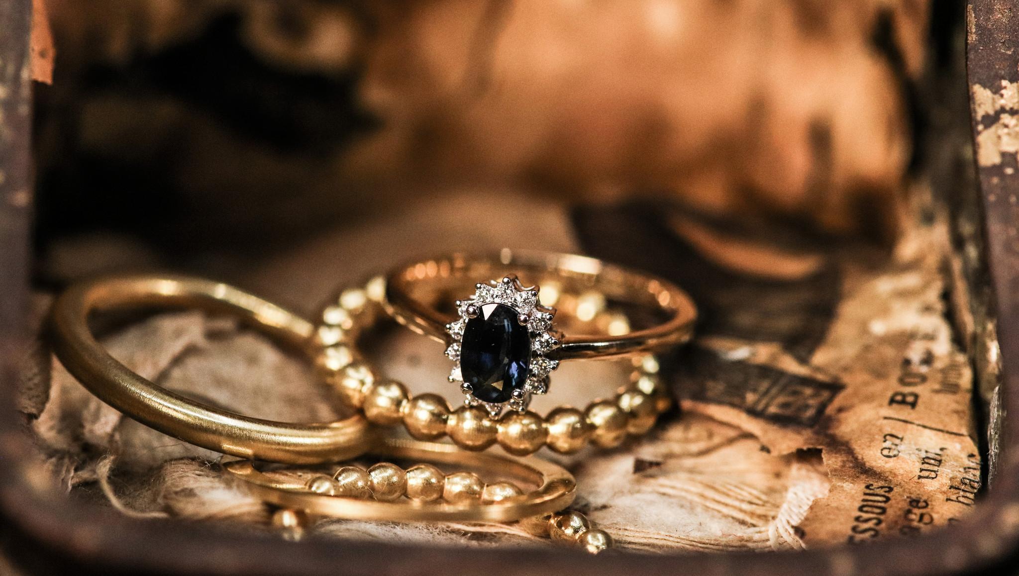 Ring ENTOURAGE, goud met saffier en diamanten-1