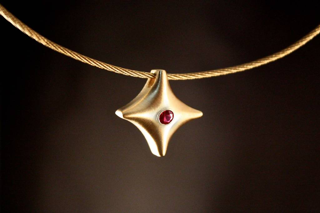 (As)hanger TWINKEL, goud met Robijn-1