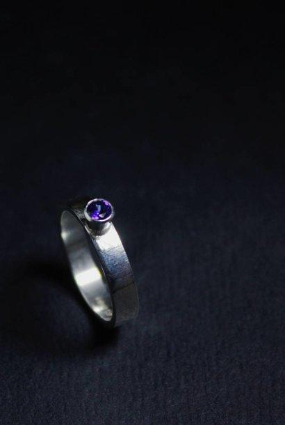 Ring WARE LIEFDE, zilver met Saffier