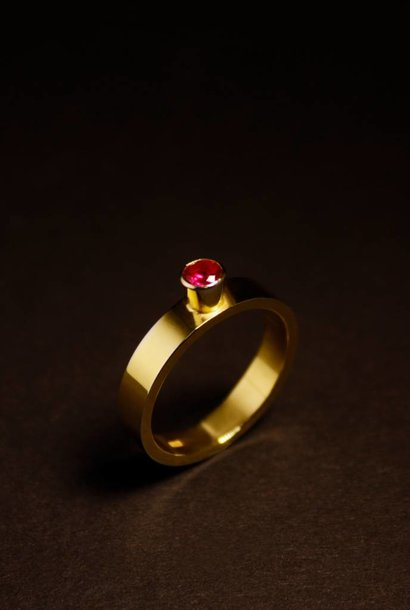 Ring WARE LIEFDE, goud met robijn