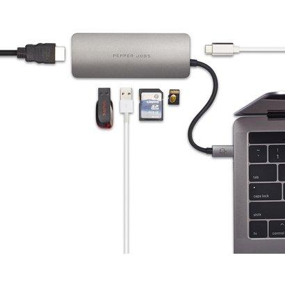 PEPPER JOBS TCH-4 est un hub USB-C 3.1 à USB 3.0 avec un port de chargement USB-C, des lecteurs de cartes SD & TF et une sortie HDMI grise sidérale.