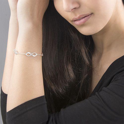 Sieraden graveren Gepersonaliseerde zilveren damesarmband 'Infinity' met vier tekens