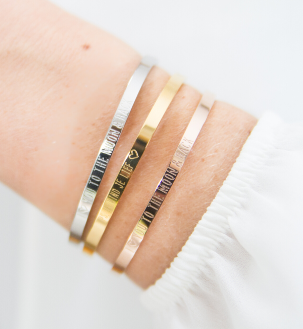 KAYA sieraden Set van 2 bangles met tekst 'Together, we make a family ♡'