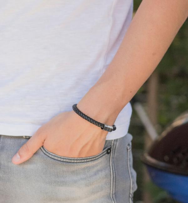 Sieraden graveren Zwarte Leren Armband met Naambedel