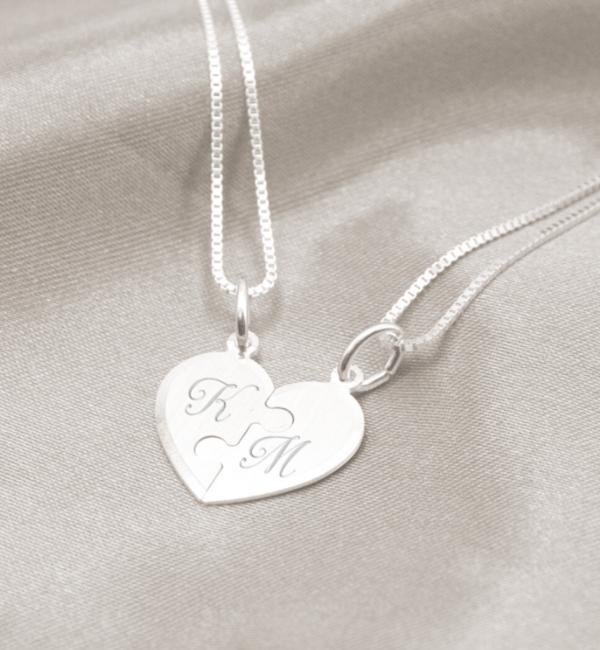 KAYA sieraden 2 Zilveren Kettingen met Letter 'Puzzelhartjes'