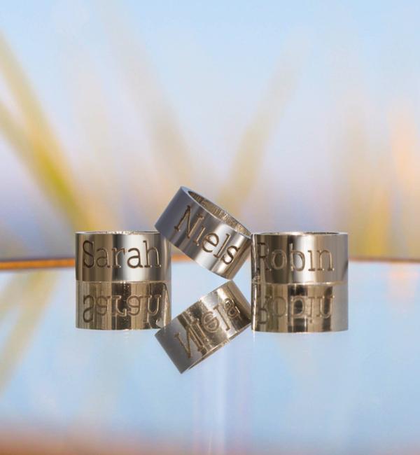 Sieraden graveren Zwarte Leren Armband met Naambedels naar Keuze